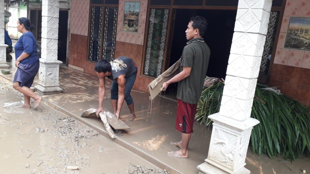 Ketar-Ketir, Warga Bersihkan Sisa Banjir Bandang