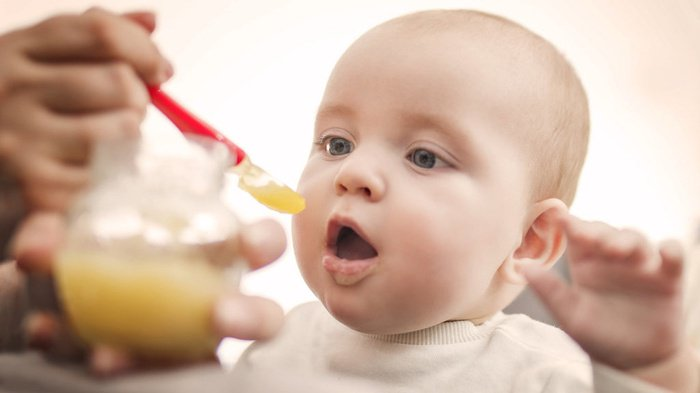 Kapan Waktu Terbaik untuk Memberi Bayi Makanan Padat?