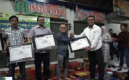 Penyerahan Piagam Penghargaan untuk Stakeholder