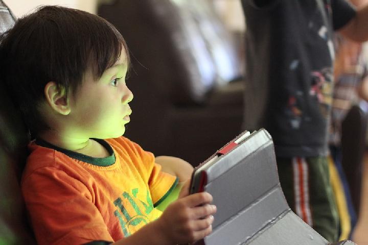 Cara Bijak Mengalihkan Perhatian Anak dari Gawai