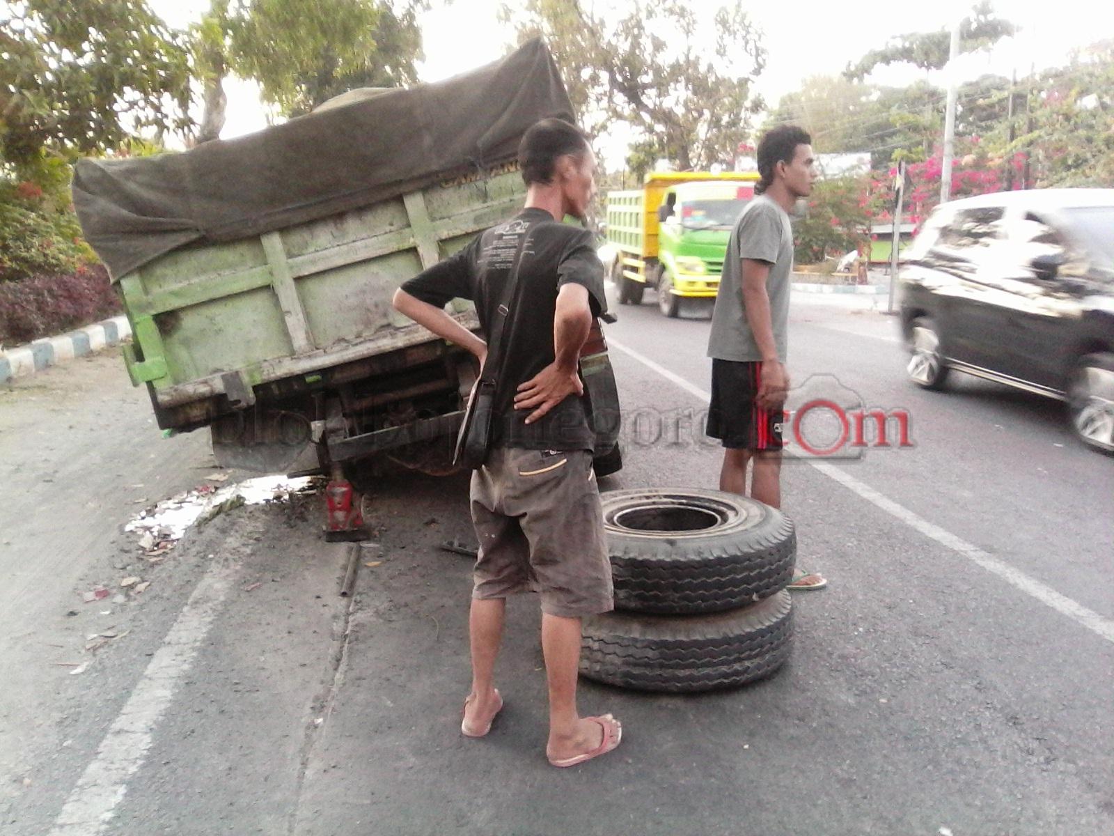 As Roda Belakang Mobil Dump Truk  Patah, Lalu Lintas Tersendat