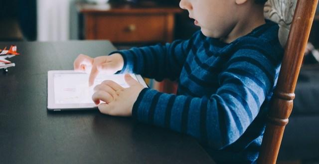 Tulang Melengkung Intai Anak-anak yang Gemar Bermain Gawai