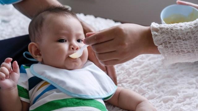 Jangan Beri Makan Bayi Sambil Tiduran! Ini Bahayanya Kata Dokter