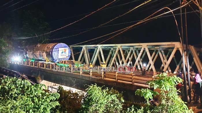 Tanpa Kepala, Alat Berat Lintasi Jembatan
