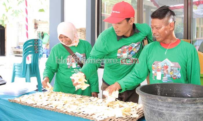 *Contoh pengeringan chip mocaf sebelum dijual ke produsen oleh komunitas difabel Bojonegoro.