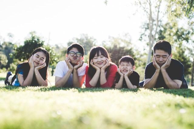 7 Kebiasaan 'Baik' Orang Tua yang Membuat Anak Tidak Percaya Diri