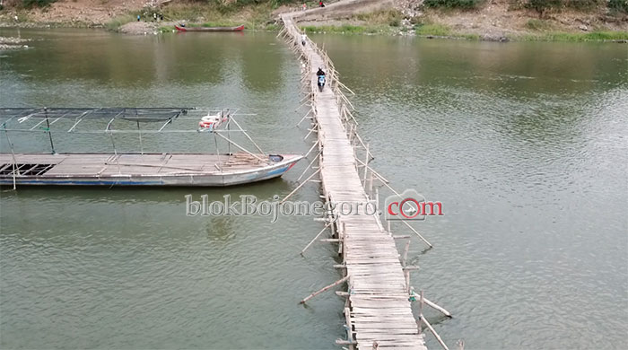 Menyeberang Satu Arah di Atas Jembatan Bambu