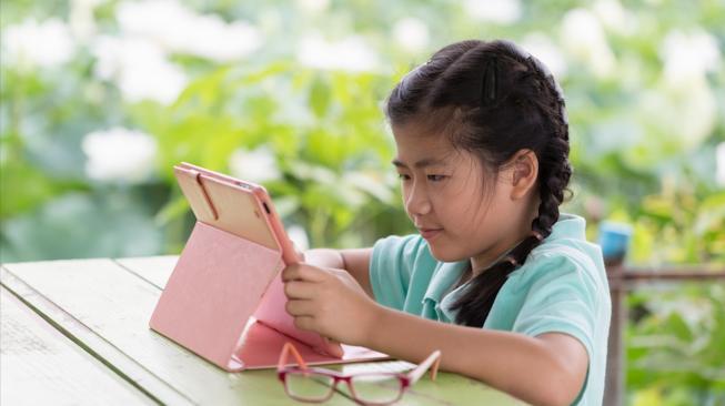 Waspada Moms, Ini Enam Tanda Anak Kecanduan Gadget