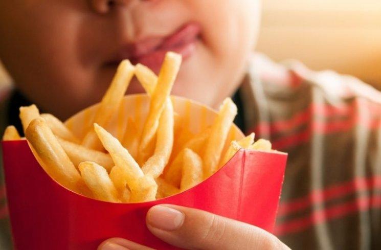 Studi: Kebanyakan Makan Junk Food Bisa Picu Gangguan Tidur Remaja