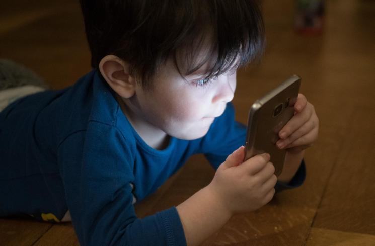 Otak dan Psikologis Anak Terancam Jika Berlebihan Bermain Ponsel