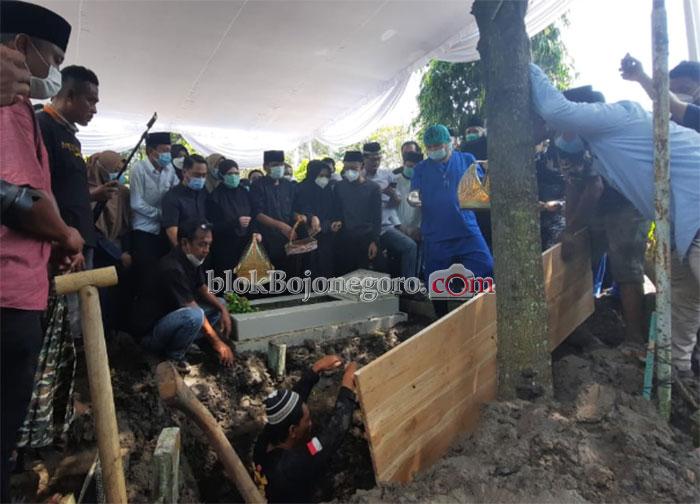 Wabup Taburkan Bunga Sebelum Jenazah Istri Dikubur