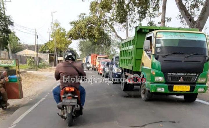 Ada Pengerukan Aspal, Jalan Bojonegoro-Cepu Sempat Macet