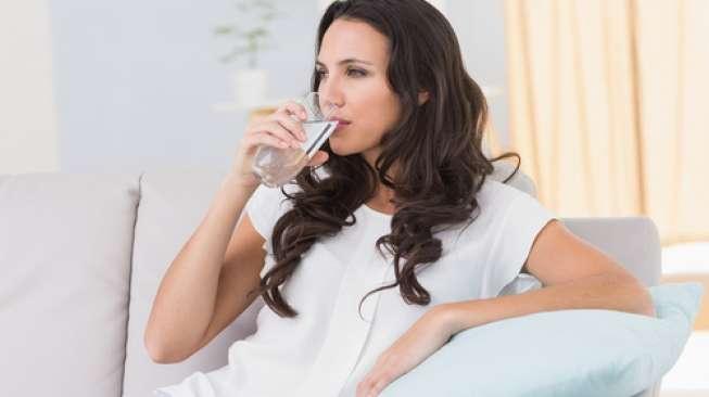 Lebih Baik Minum Air Panas saat Cuaca Panas, Ini Sebabnya!