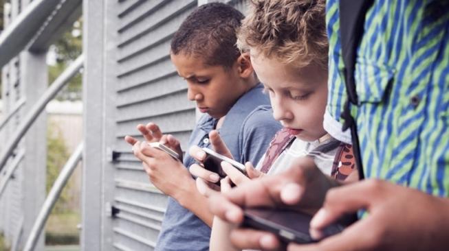 Cegah Anak Kecanduan Gadget, Ini 3 Tips Mengurangi Screen Time Si Kecil
