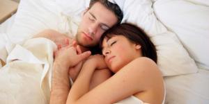 Ini yang Dilakukan oleh Pasangan Bahagia di Tempat Tidur