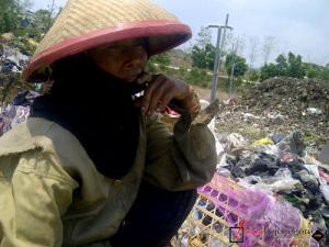 Mencari Berkah, Bergaul dengan Sampah
