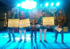 Terima Hadiah, Pemenang Lomba Pun Kembali Beraksi