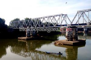 Mancing di Jembatan Perbatasan Dua Provinsi