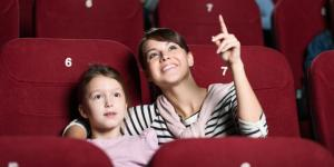 Kapan Usia yang Tepat Ajak Anak Menonton di Bioskop?