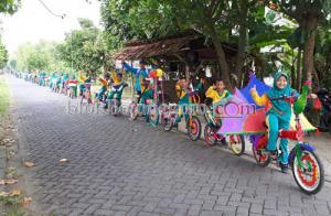 Seratusan Siswa MI Islamiyah Sarangan Parade Sepeda Hias
