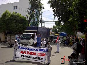 Parade Drum Band Macetkan Jalanan Kota