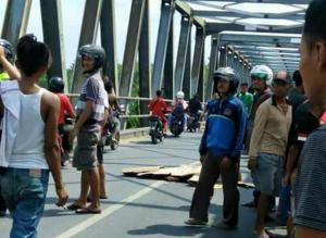 Diduga Tabrak Lari, 2 Perempuan Tergeletak di Jembatan Glendeng