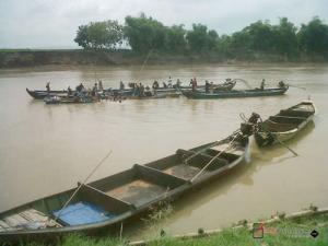 Warga Ngraho Evakuasi Perahu  Kuno