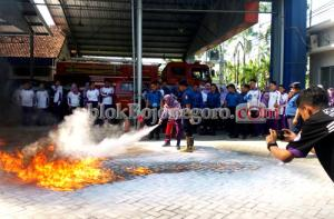 Mahasiswa Kampus Ungu Padamkan Api di BPBD