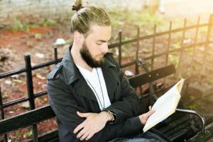 Orang yang Hobi Baca Buku Lebih Mudah Berempati