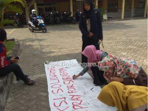 Aksi Solidaritas, Mahasiswa IKIP PGRI Bojonegoro Tanda Tangan Spanduk