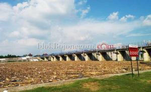Bau Busuk Sampah Dikeluhkan Pengunjung Bendung Gerak