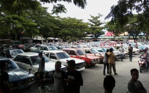 Stadion Bojonegoro Mendadak Penuh Mobil Retro