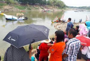 Ribuan Warga Saksikan Perahu Hias di TBS