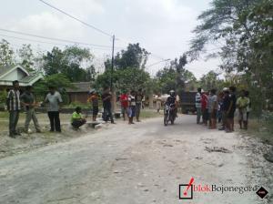 Warga Blokir Akses ke Lapangan TBR