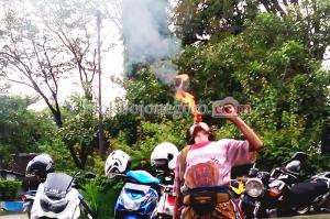 Aksi Sembur Api Pengamen Jalanan
