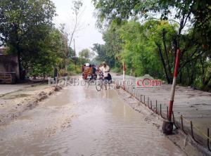 Jalan Kepohbaru Becek di Samping Cor