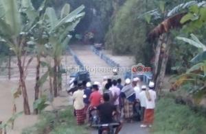 Jemaah Jumat Dihadang Banjir Mekuris