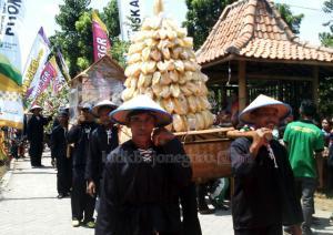 Mulai Festival Dengan Mengarak Gunungan Belimbing