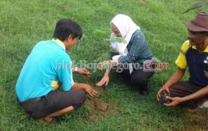 Peduli Lingkungan, Bu Anna Tanam Pohon di Pucangarum