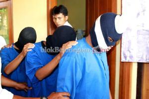 Tiga Tersangka Digiring Petugas
