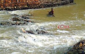 Warga Cari Ikan di Sungai Semanding